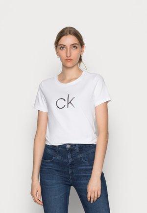 EMBOSSED SHINE - T-shirts med print - white