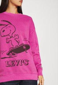 Levi's® - LEVI'S X PEANUTS UNBASIC CREW - Sweater - fuschia red - 4