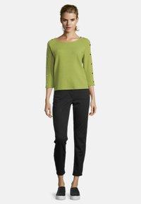 Betty Barclay - MIT KNOPFLEISTE - Sweatshirt - turtle green - 1