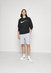 Nike Sportswear - ZIGZAG - Shorts - wolf grey - 1