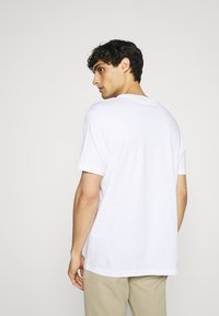 Ben Sherman - CROPPED GUITAR TEE - T-shirts med print - white - 2