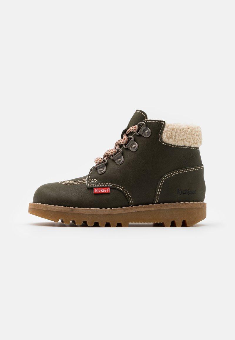 Kickers - NEWHOOKY - Šněrovací kotníkové boty - kaki/beige