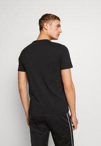 Umbro - SMALL LOGO TEE - Basic T-shirt - black - 2