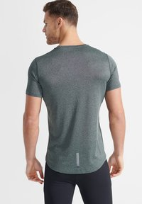Superdry - ACTIVE - Sports shirt - military duck - 1