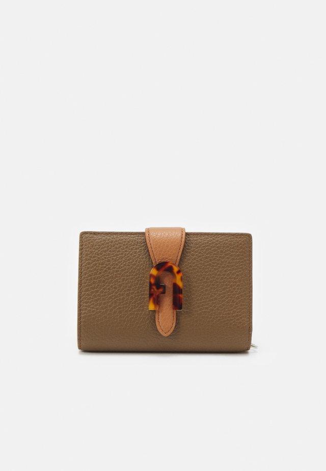 SOFIA GRAINY COMPACT WALLET - Wallet - fango/miele/pergamena