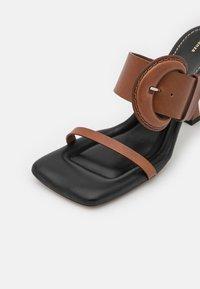 Proenza Schouler - BUCKLE SQUARE PADDED - Pantofle na podpatku - brown - 6