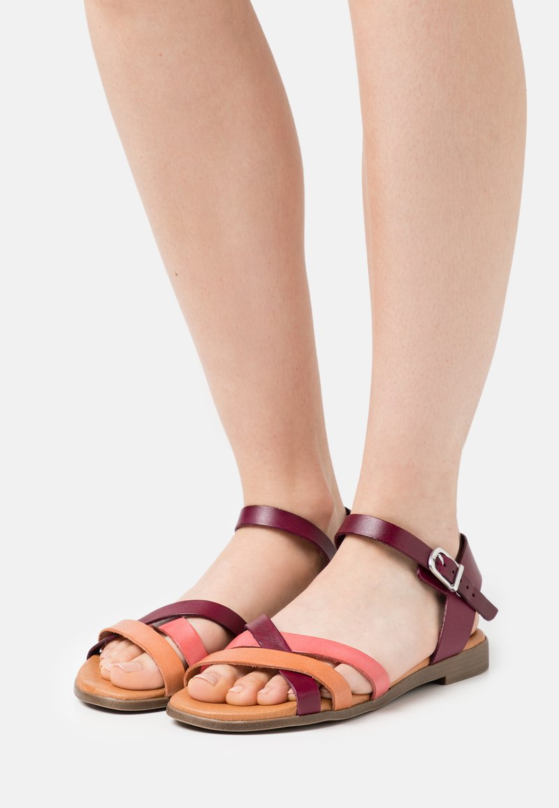 Grand Step Shoes - FIONA - Sandals - bordo/multicolor