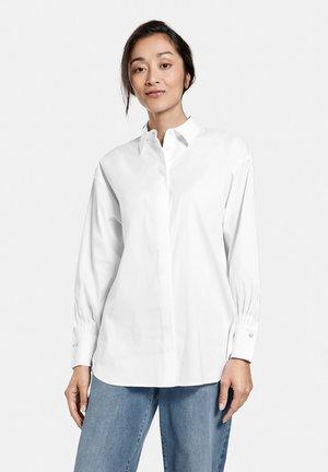 MIT HEMDKRAGEN - Button-down blouse - white