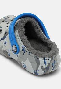 Crocs - CLASSIC LINED CAMO - Pantolette flach - light grey - 4