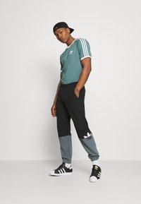 adidas Originals - STRIPES TEE - Print T-shirt - hazy emerald - 1
