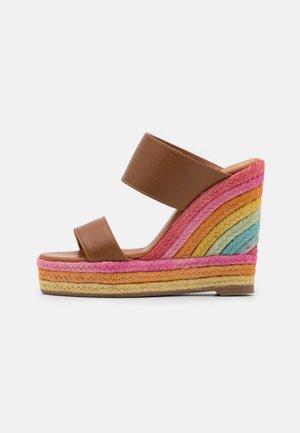 ARIANA WEDGE MULE - Pantofle na podpatku - tan