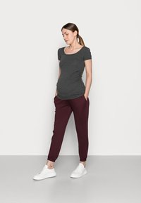 Anna Field MAMA - 2 PACK - LOOSE FIT JOGGERS - OVERBUMP - Tracksuit bottoms - black/bordeaux - 0