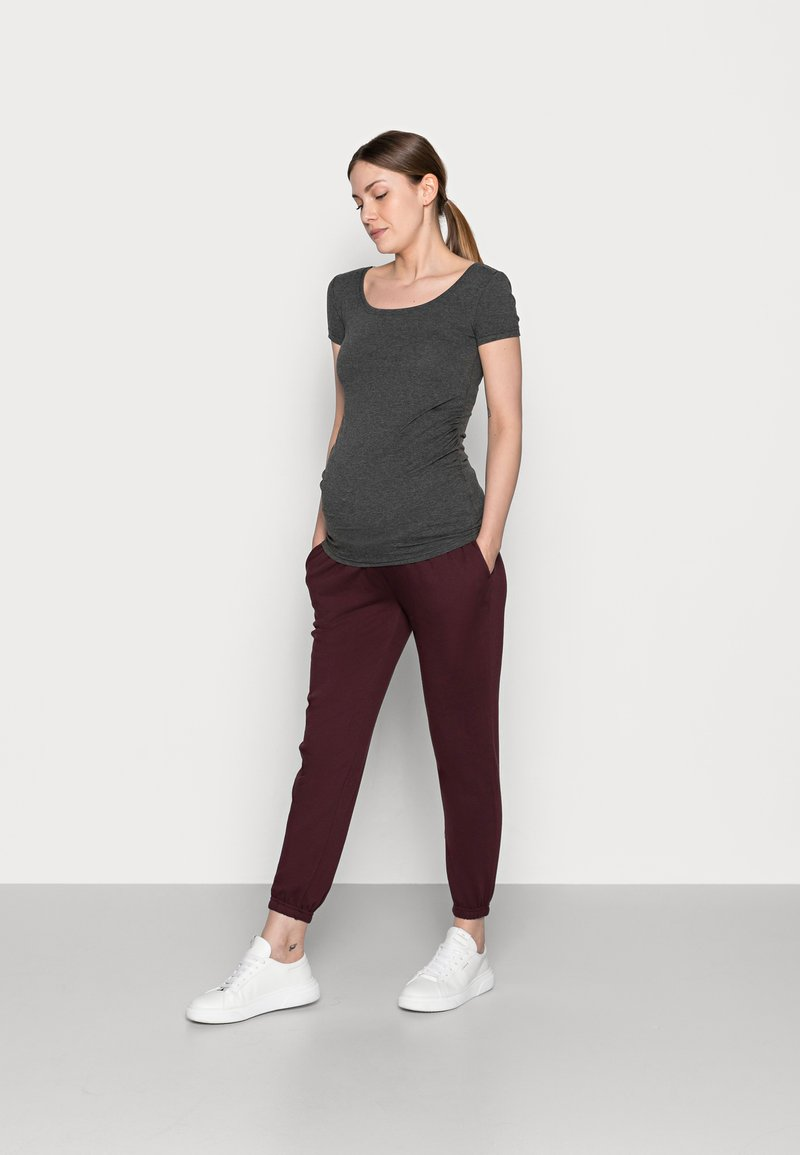 Anna Field MAMA - 2 PACK - LOOSE FIT JOGGERS - OVERBUMP - Tracksuit bottoms - black/bordeaux