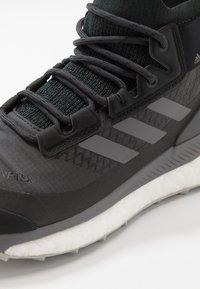 adidas Performance - TERREX FREE HIKER GORE-TEX - Obuwie hikingowe - carbon/grey/glow blue - 5