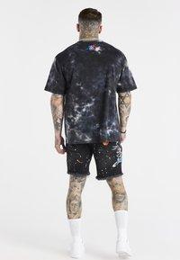 SIKSILK - SPACE JAM MARBLE WASH GRAPHIC TEE - T-shirt imprimé - black/ecru - 2