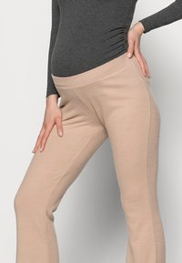 Pieces Maternity - PCMPAM FLARED PANT - Trousers - warm taupe - 3