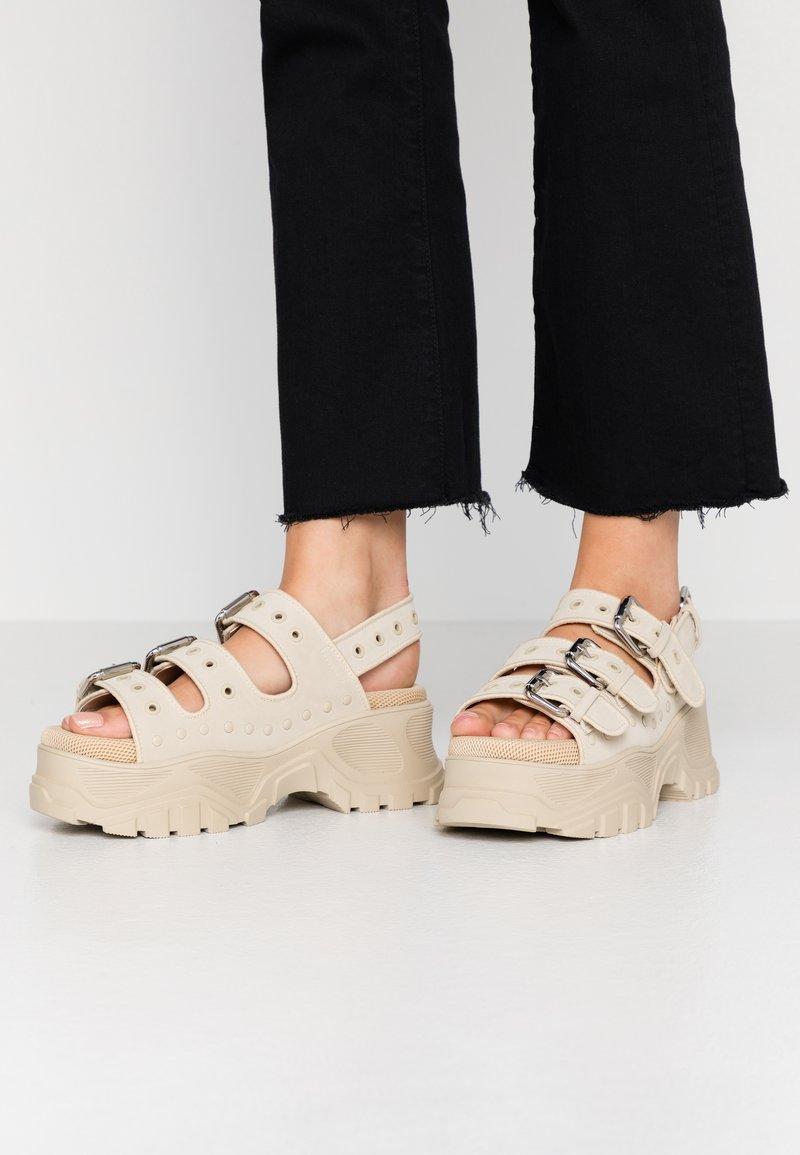 Buffalo - Sandály na platformě - beige