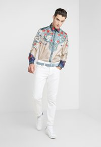 Versace Collection - CAMICIE TESSUTO - Košile - sabbia  stampa - 1