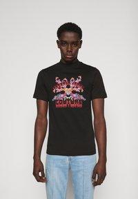 Versace Jeans Couture - MARK - Camiseta estampada - black - 0