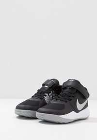 Nike Performance - TEAM HUSTLE D 9 FLYEASE UNISEX - Chaussures de basket - black/metallic silver/wolf grey - 3