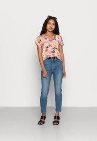 Vero Moda Petite - VMGIGI TOP PETITE - Print T-shirt - sepia rose - 1