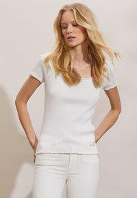 Odd Molly - MAGDA - Basic T-shirt - light chalk - 4