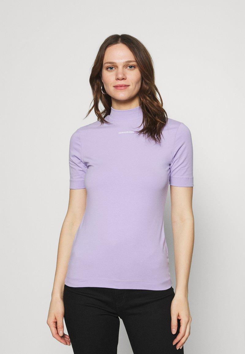 Calvin Klein Jeans - MICRO BRANDING STRETCH MOCK NECK - Triko spotiskem - palma lilac