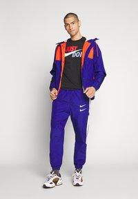 Nike Sportswear - TEE JUST DO IT - Triko spotiskem - black/mystic red/indigo fog/platinum - 1