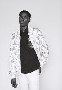 Versace Jeans Couture - PLAIN - Polo shirt - black - 3