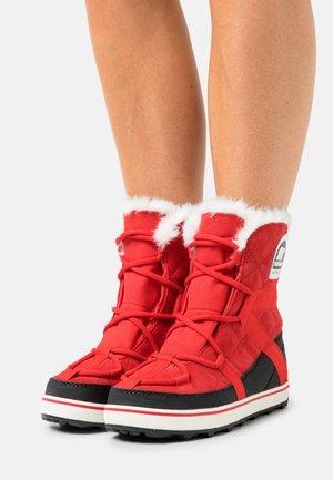 GLACY EXPLORER SHORTIE - Winter boots - cherrybomb/black