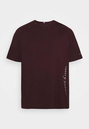 FLAG SIDE TEE - T-shirt imprimé - deep burgundy