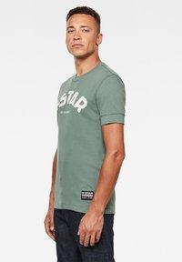 G-Star - FELT APPLIQUE LOGO SLIM R T S\S JUNGLE MEN - T-shirt print - jungle - 2