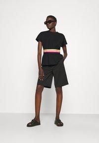 KARL LAGERFELD - RIB INSERT  - T-shirt imprimé - black - 1