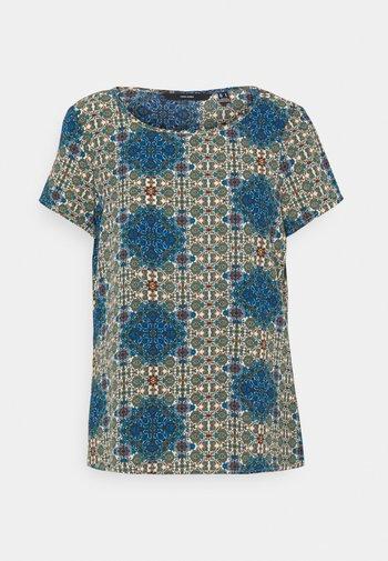 VMSAGA - T-shirt med print - birch/esmeralda
