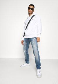Calvin Klein Jeans - ESSENTIAL REGULAR HOODIE - Felpa - bright white - 1