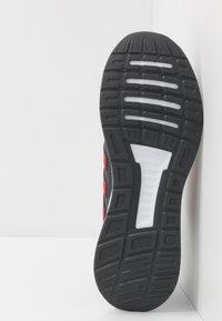 adidas Performance - RUNFALCON - Obuwie do biegania treningowe - grey six/scarlet/footwear white - 4