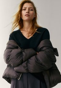 Massimo Dutti - OVERSIZE-STEPPJACKE - Winter jacket - brown - 4