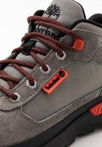 Timberland - FIELD TREKKER - Sneakersy niskie - medium grey - 5