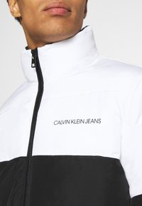 Calvin Klein Jeans - COLORBLOCK PUFFER - Kurtka zimowa - bright white/black - 5