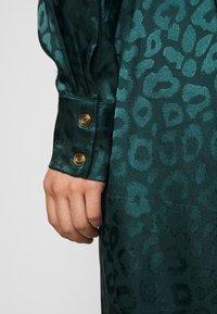 Never Fully Dressed Petite - LEOPARD LONGSLEEVE WRAP DRESS - Cocktailjurk - emerald - 3