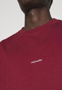 Holzweiler - LIVE TEE - Print T-shirt - burgundy - 4