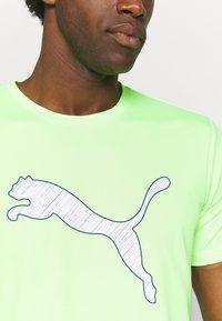 Puma - RUN LOGO TEE - Camiseta estampada - green glare - 4