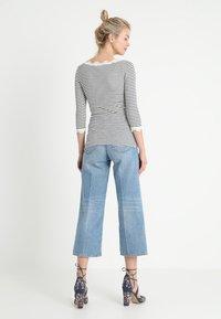 Rosemunde - SILK-MIX T-SHIRT BOAT NECK REGULAR W/VINTAGE LACE - Topper langermet - blueberry ivory - 2