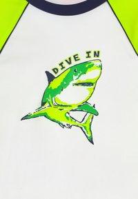 Sunuva - BOYS  SHARK LONG SLEEVE - Koszulki do surfowania - white - 3