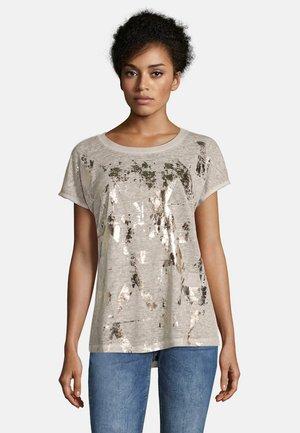 MIT AUFDRUCK - Print T-shirt - cream/gold
