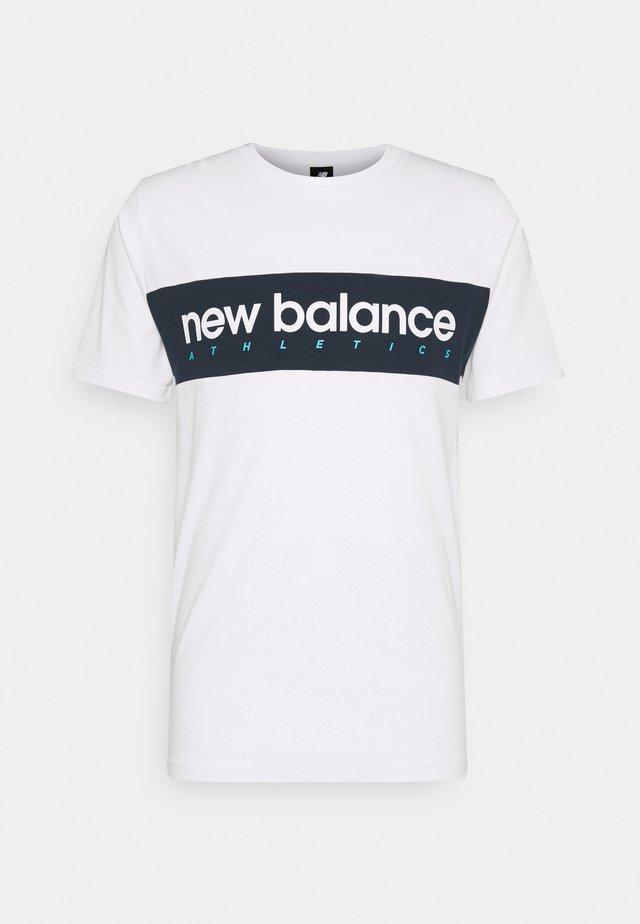 ATHLETICS LINEAR TEE - T-shirt med print - white