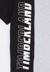 Timberland - Print T-shirt - grey/black - 2
