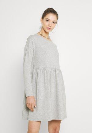 NMKERRY DRESS - Žerzejové šaty - light grey melange