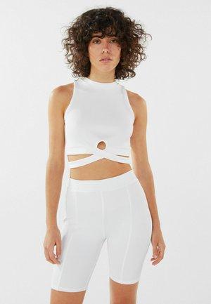 MIT PATENTBÜNDCHEN - Shorts - white
