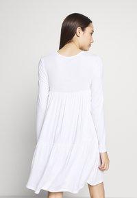 Missguided Petite - TIERED SMOCK DRESS - Sukienka letnia - white - 3